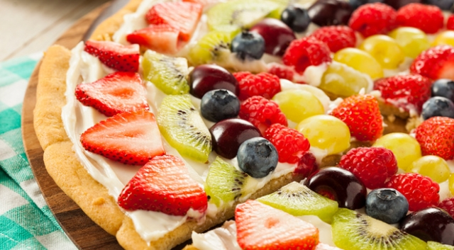 Sweet pizza for kids with strawberries and mascarpone cheese - foto 1633